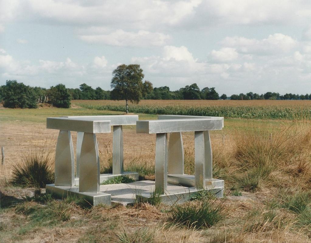 1991 Tussen Juffer en Borg metaal graniet 170 x 170 x 85 cm