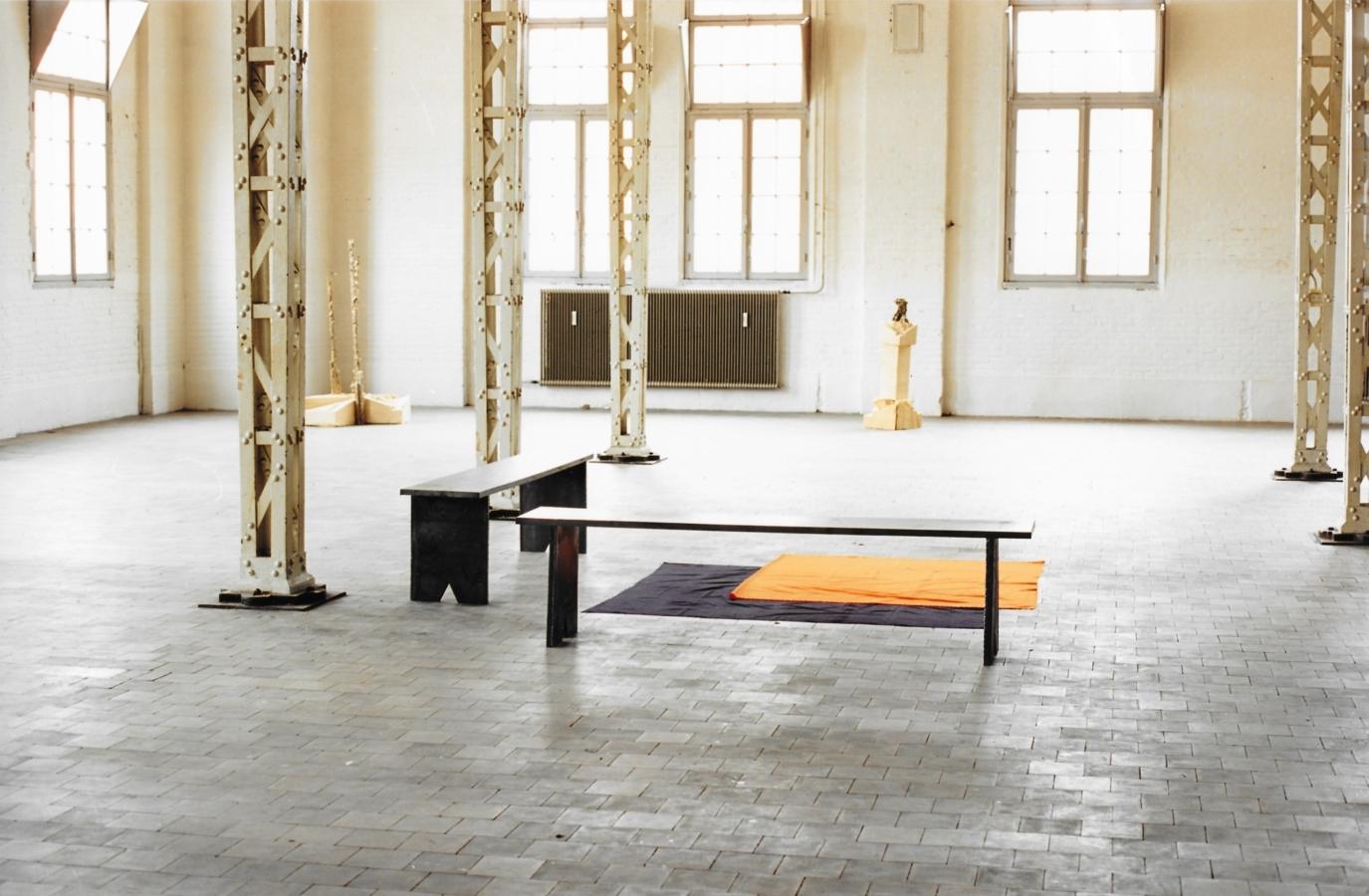 Trébélé 1989 metaal stof 2x 40 x 35 x 196 cm en 180 x 180 cm Artis, Den Bosch